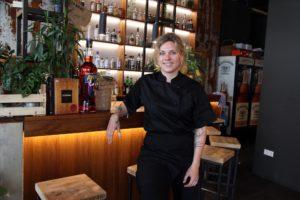 Friederike Lekscha an der Bar ihres Lokals. (Foto: Björn Othlinghaus)