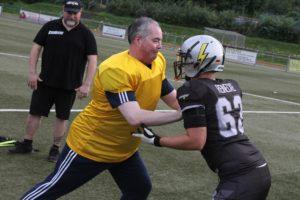 Manch Football-Spieler ließ sich nicht so einfach wegschieben - auch nicht von FDP-Bürgermeister-Kandidat Jens Holzrichter. (Foto: Björn Othlinghaus)