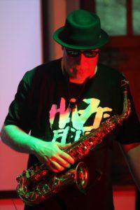 Rudolf F. Nauhauser ist ein Meister am Saxophon und arbeitet mit zahlreichen heimischen Bands und Musikern zusammen. (Foto: Björn Othlinghaus)