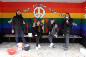 Am und im Bushäuschen Schnarüm sind Nazi-Schmierereien einem künstlerischen Appell für den Frieden gewichten. (Foto: Björn Othlinghaus)