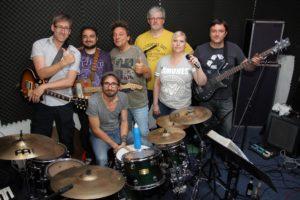 Artur (2.v.l.) mit seinen Mit-Musikern und Freunden der John Porno Band im Proberaum. (Foto: Björn Othlinghaus)