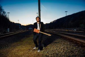 Der Gitarrist am Bahnhof in Brügge. (Foto: Bernd Manthey)