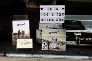 """Auch die beiden Mini-Alben von HonigMut, """"Gefühlt"""" und """"Gelebt"""" waren zu haben. (Foto: Björn Othlinghaus)"""