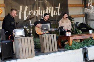 Straßenmusik mal anders: Patrick Honzig, Nando Andreas und Melina Fuhrmann in ihrem mobilen Wohnzimmer. (Foto: Björn Othlinghaus)