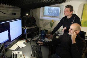 Ein gutes Team: Matthias Held (stehend) und der Schwelmer Produzent Mark Wiedersprecher arbeiten am ersten eigenen Longplayer des Lüdenscheiders. (Foto: Björn Othlinghaus)