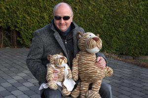 Obwohl der Tiger rechts auf dem Schoß von Peter Szczyrba deutlich größer ist als Dr. Tiggerstein - er ist nur das Stunt-Double. (Foto: Björn Othlinghaus)