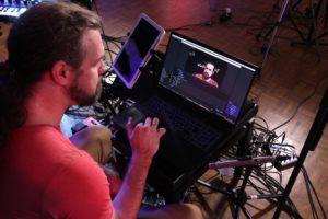 Über seinen Laptop steuert Klaus Sonnabend während der Show die insgesamt acht Kameras. (Foto: Björn Othlinghaus)