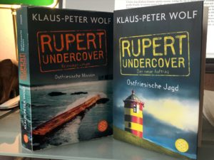 """Die ersten beiden Teile der Rupert-Trilogie. """"Rupert undercover - Ostfriesische Jagd"""" steht ab Dienstag, 1. Juni 2021 in den Buchläden. (Foto: Björn Othlinghaus)"""