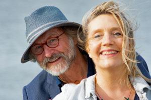 Klaus-Peter Wolf mit seiner Gattin, der Liedermacherin und Kinderbuchautorin Bettina Göschl. (Foto: Wolfgang Weßling)