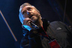 Sebastian Wagemeyer ist nicht nur Lüdenscheids Bürgermeister, sondern auch ein hervorragender Musiker und Sänger, was er beim Flutlichter-Konzert unter Beweis stellte. (Foto: Björn Othlinghaus)