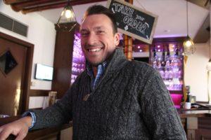 """Christian Breddermann hat sich für sein Café in Schalksmühle kulturelle Highlights wie den Comedian Heinz Gröning alias """"Der unglaubliche Heinz"""" gesichert. (Foto: Björn Othlinghaus)"""